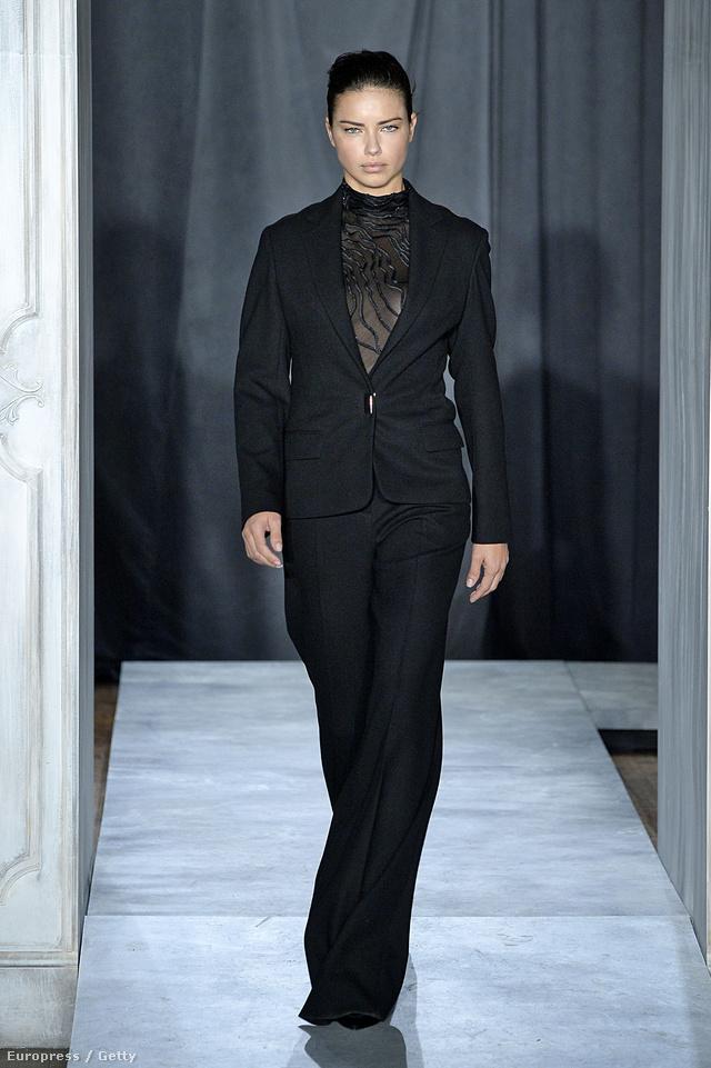 A brazil modell, Adriana Lima Jason Wu nadrág kosztümjében.