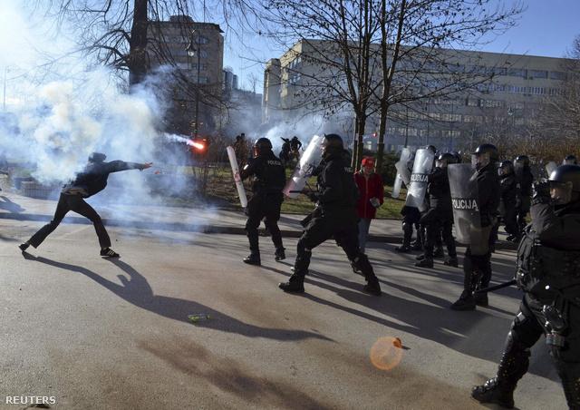 A zavargások több nagyvárosban is elfajultak, a tünettők épületeket, autókat gyújtottak fel