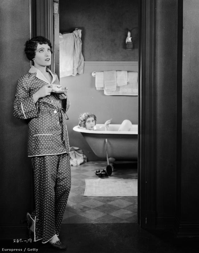 1925-ben járunk:Pauline Starke színésznő ebben az egyszerű, kezeslábasnak tűnő pizsamában játszott a Bright Lights című romantikus filmben.