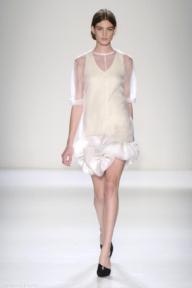 Áttetsző anyagokkal kombinált fehér ruha a téli szezonra.