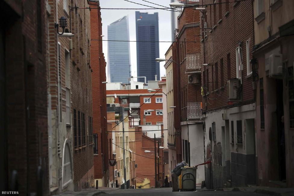 Egy férfi kukázik Madrid Tetuan kerületében, a háttérben az üzleti negyed toronyházaival. Hatévnyi folyamatos visszaesés után még mindig nem biztos, hogy vége a spanyol gazdaság szenvedésének. Bedőlt az építőipar, milliók kerültek az utcára, akik azóta sem találják a helyüket. A hasonló országok között példátlanul magas a munkanélküliség: minden negyedik ember állás nélkül van, a 25 év alatti fiataloknál 60 százaléknál is magasabb a munkanélküliek aránya. Ez nagy sokkot okozott a társadalomban, nem olyan rég még mindennaposak voltak a milliós tüntetések.