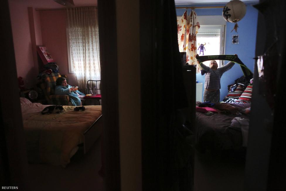 Trigo és Mnissar fia, Elias játszik a család szobájában, miközben a másik szobában a nagymama tévézik. Amikor Trifo férje elvesztette az állását, választaniuk kellett aközött, hogy esznek, vagy az utcára kerülnek. 2010-ben ki is rakták őket a lakásukból, akkor költöztek be a szüleik kétszobás lakásába.