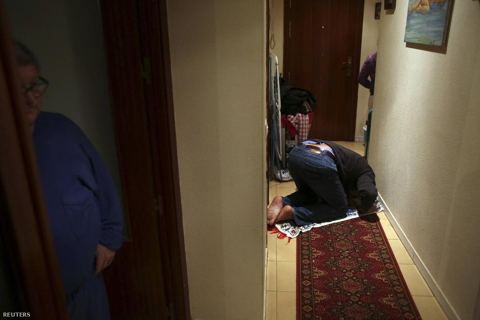 A férj, Mnissar reggeli imája a kis előszobában.  Az élelmiszerbankos mozgalomról egy kilakoltatás elleni tüntetésen hallott az ápoló, tavaly októberben csatlakoztak. Azóta nagyon sokat segít nekik a kezdeményezés, amibe ők maguk is rengeteg energiát fektetnek.