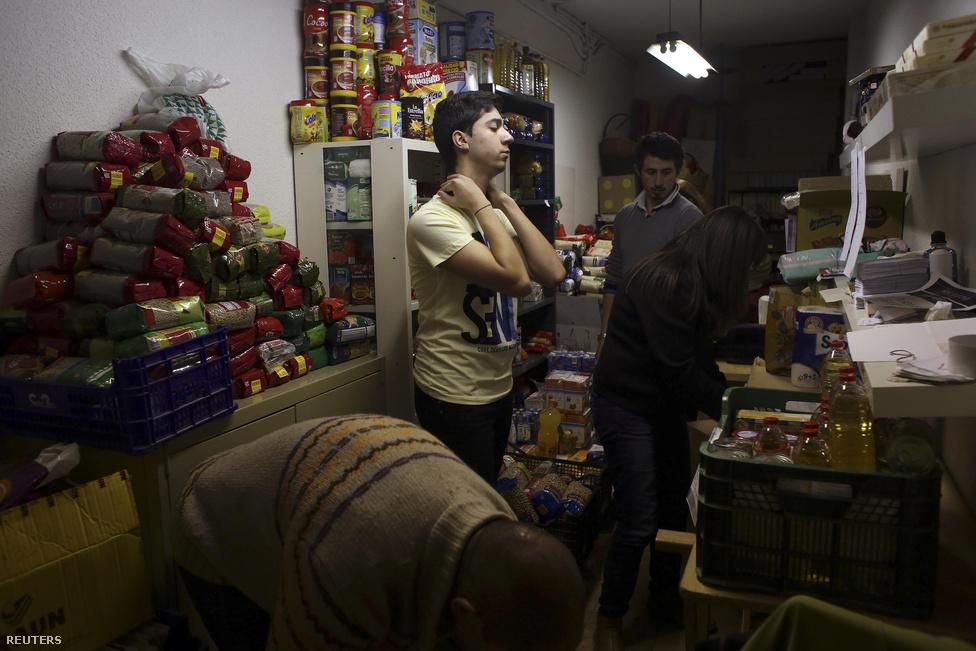 Az élelmiszerbank raktára. A résztvevők rendszerezik a begyűjtött élelmiszert, amit később saját maguknak fognak kiosztani.