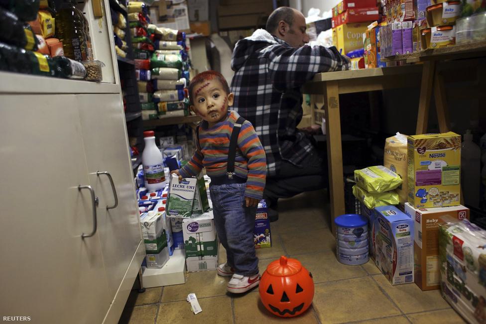 Miközben mamája készletezi az élelmiszert, Montoya a haloweeni bulira maszkírozva játszik a raktárban.Az élelmiszerbankot az különbözteti meg a hagyományos jótékonysági szervezetektől, hogy itt nem csupán kiosztják az élelmiszert, hanem részvételre is kérik azokat, akiken segítenek. Így kevésbé érzik magukat kiszolgáltatva a megsegítettek, ők maguk is cselekvőkké válnak.