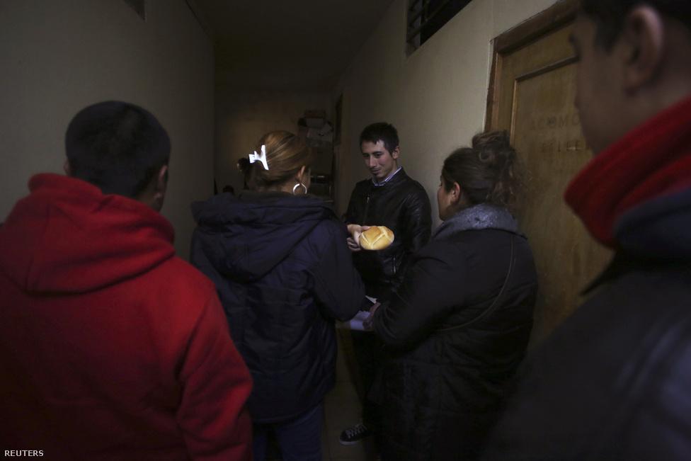 Élelemosztásra várakozók a raktár előtt A nagy gazdasági sokk után rengeteg olyan családnak is alapvető segítségre van szüksége, akik korábban középosztálybelinek gondolták magukat.