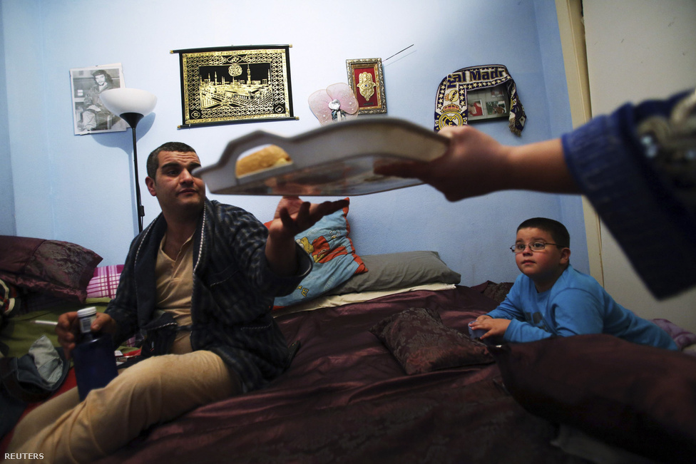 Trigo az adományokból készített vacsorát kínál a családjának. Tavaly egyre nagyobb lendületet kapott az élelmiszerbankos mozgalom, és ha tovább húzódik a válság Spanyolországban, akár intézményesülhet is.
