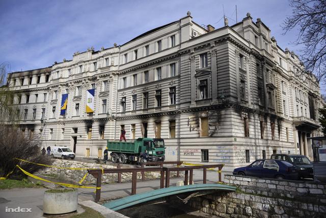 Az elnökségi épület bedeszkázott ablakokkal