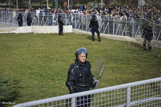 A szövetségi kormány épületénél a rendőrök kordonokkal várták a tüntetőket