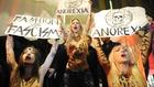 Meztelen tüntetőtől az önjelölt modellig: íme a divathetek négy legdurvább zavargása