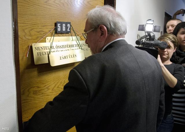 Rubovszky György KDNP-s elnök érkezik az Országgyűlés mentelmi összeférhetetlenségi fegyelmi és mandátumvizsgáló bizottságának zárt ülésére.