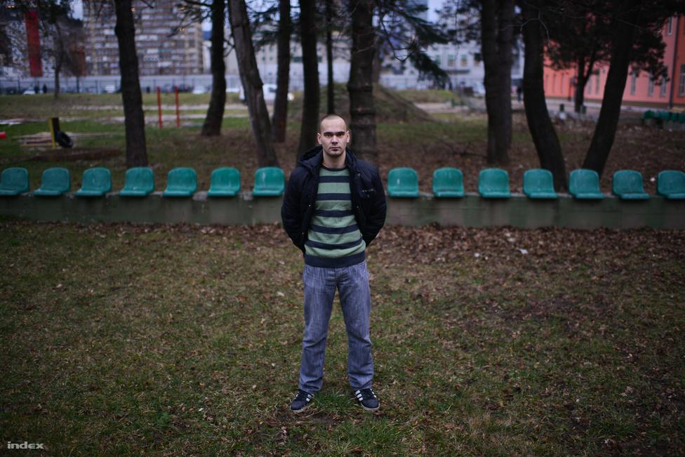 """Agan Uzunovic (21), újságírást tanul. """"Nemrég volt népszámlálás az országban és felfedeztem egy ehhez kapcsolódó visszaélést. Egy újságnál dolgozom és elkezdtem írni a cikket, de nem jelenhetett meg"""" - mondta Agan. A fiú többek között azért tüntet, mert a legtöbb újság, tévé és internetes portál valamelyik párthoz kötődik és az újságírók nem dolgozhatnak szabadon. A politikusok rendszeresen beavatkoznak a munkájukba."""