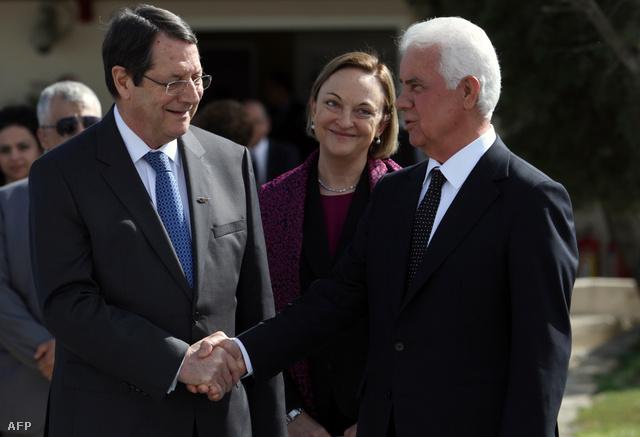Nikosz Anasztasziadisz ciprusi államfő és Derviş Eroğlu, az Észak-ciprusi Török Köztársaság elnöke