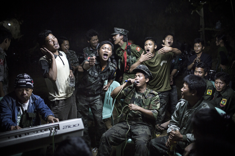 Mindennapok, egyedi – Első hely: A Kachin Függetlenségi Hadsereg katonái énekelnek egy társuk temetésén, miközben a városukat körülvette a burmai hadsereg.