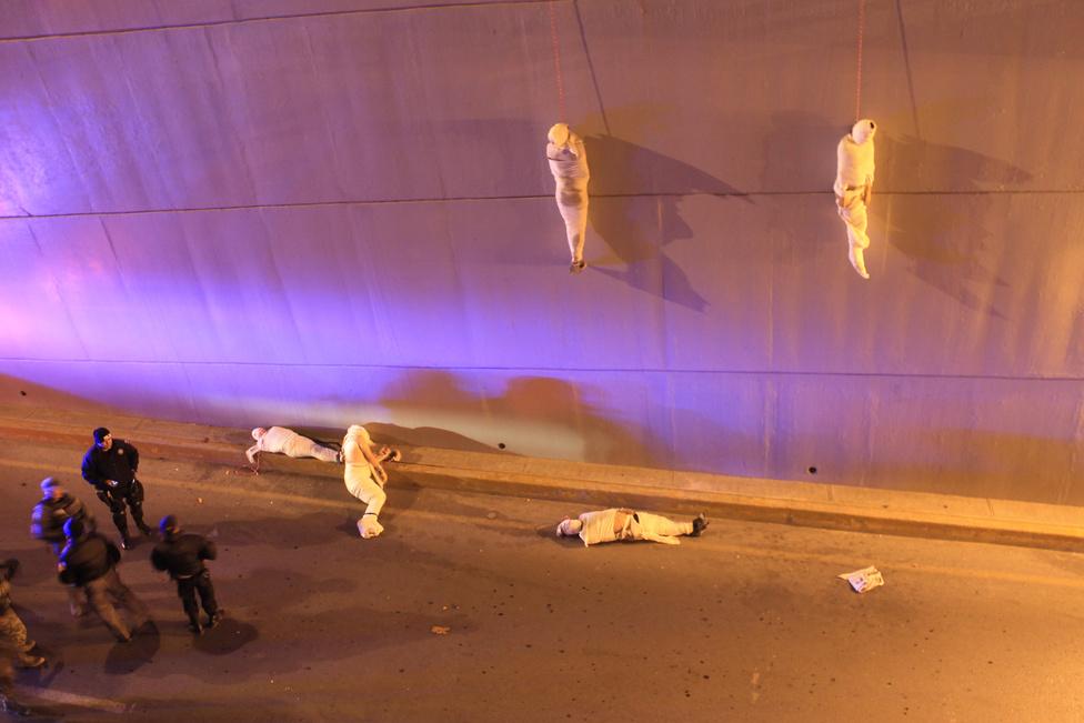 Korunk problémái , egyedi - Harmadik hely: Bandaháborúk áldozatai lógnak egy alagút falán, Mexikóban.