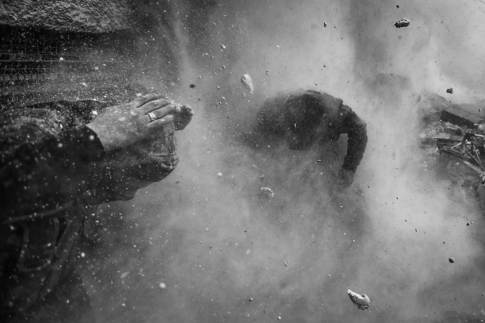 Rendkívüli hírek, sorozat - Első hely: Goran Tomasevics, a Reuters fotósa egy komoly tűzharcot, majd egy bombatámadást élt túl testközelből. A teljes sorozatot tavaly az indexen is bemutattuk.