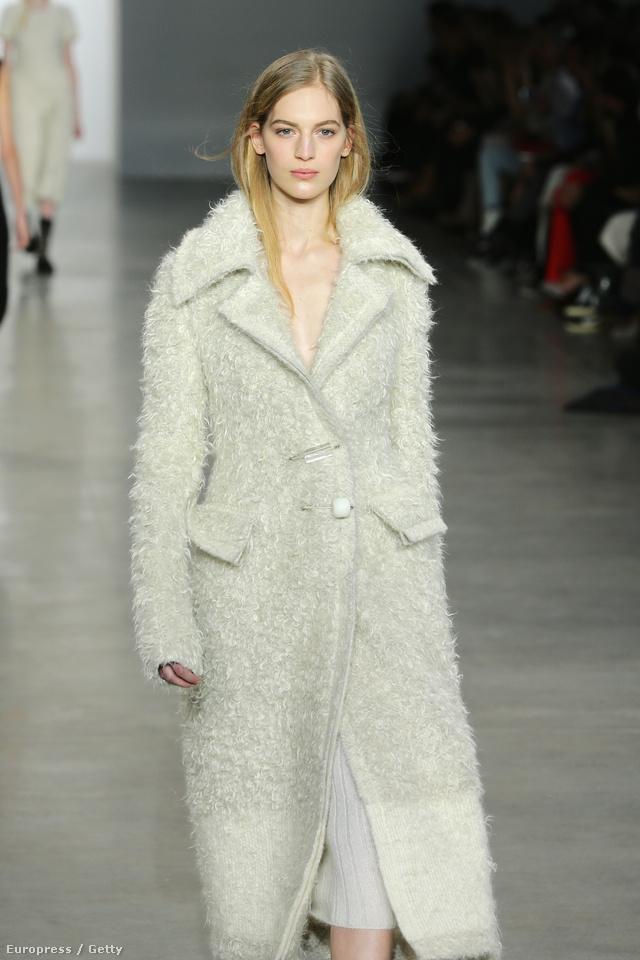 Axente Vanessa elefántcsont kabátban Calvin Klein.