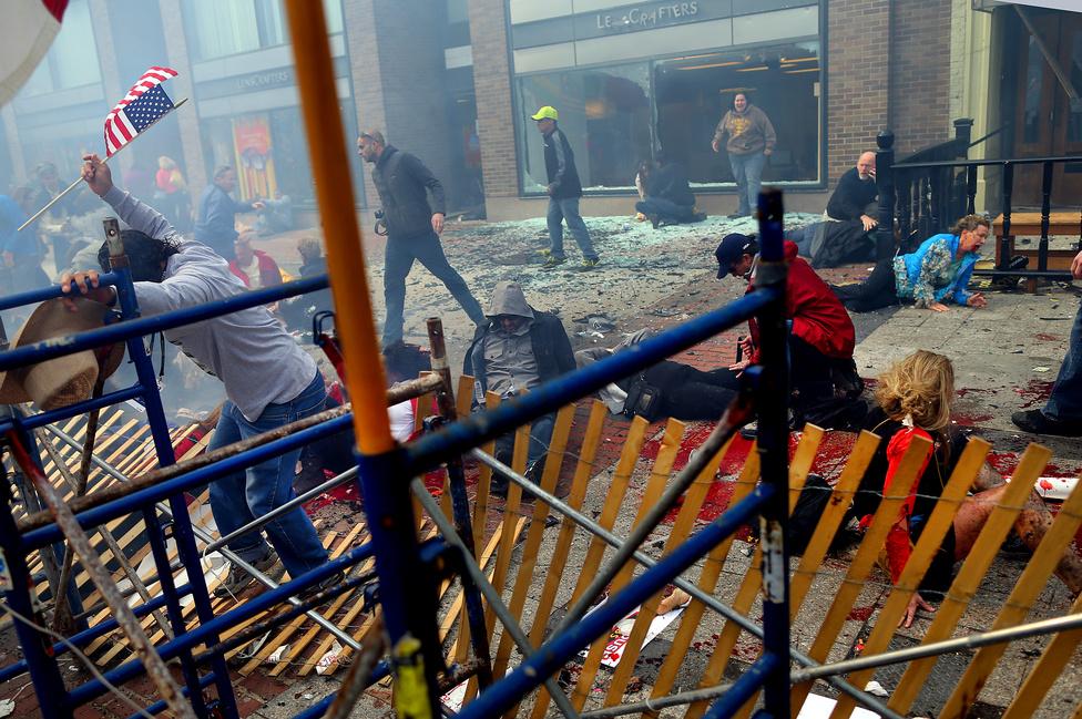Rendkívüli hírek, egyedi - Második hely: Véres jelenet a bostoni maraton befutójánál történt merénylet helyszínén.