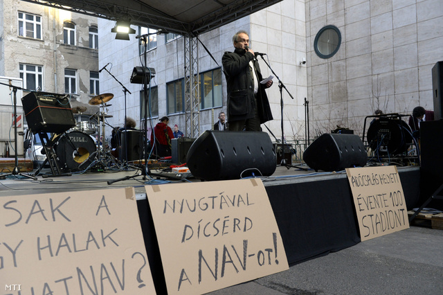 Horváth András a NAV volt ellenőrzési koordinátora beszél a civil szervezetek tüntetésén