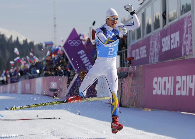 Az férfi 4x10 kilométeres sífutásában a svéd váltó utolsó embere, Marcus Hellner már olyan biztos előnnyel érkezett, hogy 700 méterrel a cél előtt megkapta a svéd zászlót, beérkezve pedig még csúszás közben leugrott örömében a lécéről.