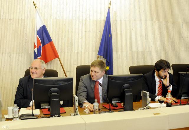 Dusan Caplovic miniszterelnök-helyettes, Robert Fico miniszterelnök és Robert Kalinák belügyminiszter aszlovák kormány 2010. május 26-i ülésén amelyen megvitatják a szlovák állampolgársági törvény módosítását.