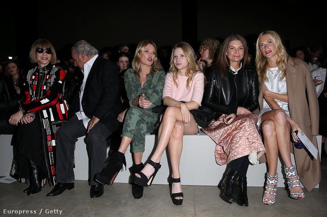 Anna Wintour, Sir Philip Green, Kate Moss, Lottie Moss, Natalie Massenet és Poppy Delevingne a Topshop bemutató első sorában. Illusztris társaság.