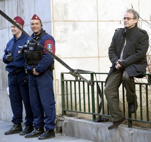 Horváth András a civil szervezetek tüntetésén a Nemzeti Adó- és Vámhivatal Kiemelt Adó és Vám Főigazgatóságának budapesti épülete előtt 2014. február 15-én.