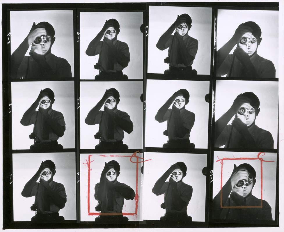 Feininger egyik leghíresebb fotója Dennis Stock újságíróról és fotósról készült 1951-ben, amint a fényképezőgép keresőjébe néz. A kontakton pirossal jelölte a szerinte jól sikerült képeket, köztük a jobb alsó sarokban azt a verziót is, ami a legnagyobb karriert futotta be. Feininger gyűlölt portrét készíteni, nem érdekelte a műfaj és az emberekkel sem tudott igazán kapcsolatot teremteni, itt is a geometrikus kompozíció érdekelte igazán, nem az, hogy Dennis Stock nyert valami díjat.