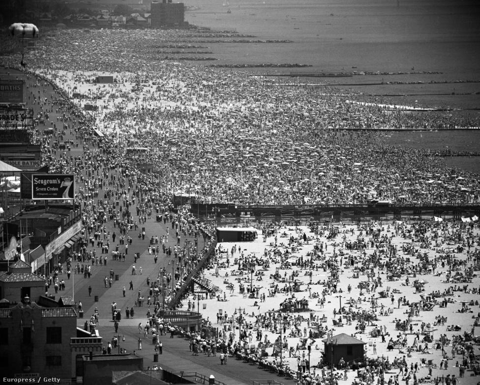 Ennél jobb képpel nem lehet illusztrálni azt a mondatot, hogy Feininger a városok portréfotósa volt. Az emberek, a városlakók, a járókelők csakis tömeges formában, egész apró hangyaként jelennek meg ezen a július 4-i ünnepséget ábrázoló képen. Az ilyen részletgazdag fotókat a Life magazin  duplaoldalas formátumban jelentette meg.