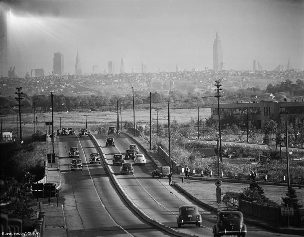 Ha egyetlen fotóst kéne mondani, aki a második világháború utáni New York tündöklését legjobban összefoglalta, akkor az Andreas Feininger. Imádta New Yorkot, egyedileg kísérletezte ki azt a technikát, amelynek segítségével a legjobban el tudta kapni a város minden részletét és szerkezetét. A képen a Manhattani városkép látszik, New Jersey felől nézve.