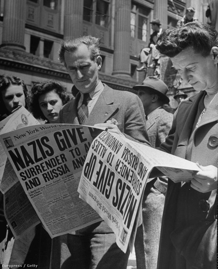 1945. május 7-én emberek olvassák a Times Square-n az újságot, amely címlapján hirdeti: A nácik feladták. Feininger a második világháború elől menekült az Egyesült Államokba, de egyébként már korábban is amerikai állampolgár volt, nagyszülei is New Yorkban éltek.