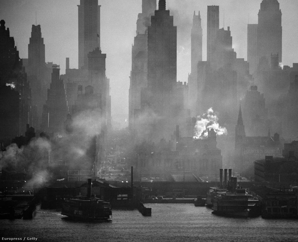 A ködös New York látképe New Jersey felől. Feininger imádta New Yorkot, de a város lakói egyáltalán nem érdekelték. Számára a forma, a mintázat és a lépték volt a fontos, nem a várost létrehozó emberek. A képet teleobjektívvel készítette, több mint három kilóméter távolságból.