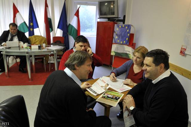 Helyi lakosok aláírják a Magyar Szocialista Párt (MSZP) ferencvárosi országgyűlési képviselőjelöltje Pál Tibor (j) aláírásgyűjtő ívét