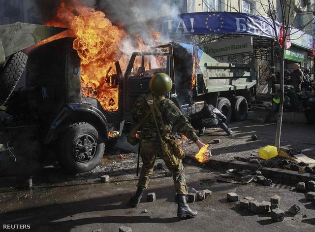 Ellenzéki tüntetők bejutottak a Régiók Pártjának kijevi székházába és gyújtogattak az épület körül. A korrespondent.net szerint az ukrán rohamrendőrségnek mostanra sikerült felszabadítani a Lipszkoja utcai székházat.