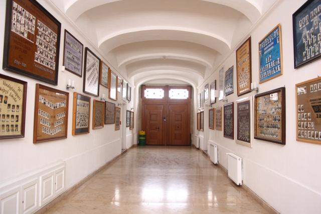 Végzős hallgatók tablói a szakközépiskola folyosóján
