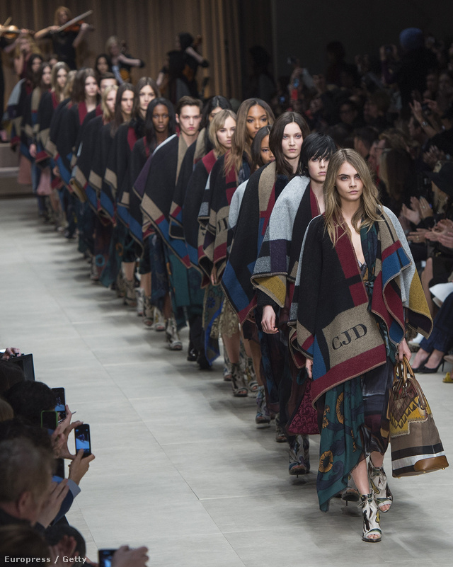 Idén is Cara Delevingne nyitotta a Burberry showt.