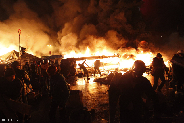 """Este sem álltak meg a beszédek, amelyekben az ellenzéki aktivisták, képviselők a """"fasiszta, SS-hatalom"""" szólítanak harcba."""