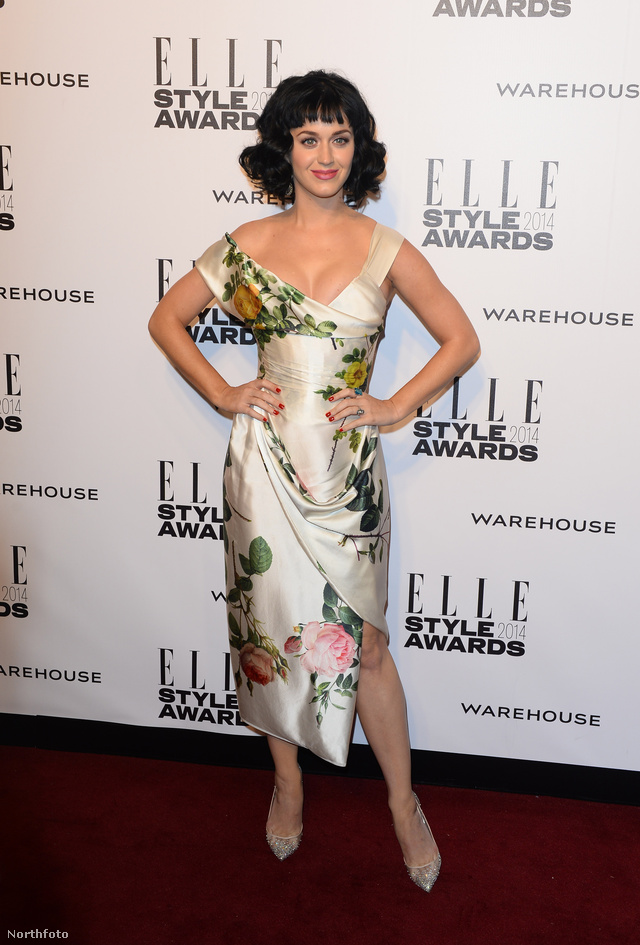 Katy Perry Vivienne Westwoodban pózol. Szerintünk túlságosan ragaszkodik a retróhoz.