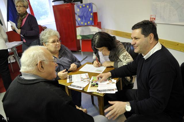 Pál Tibor, az MSZP ferencvárosi képviselőjelöltje gyűjt aláírásokat a helyi lakosoktól a Piros Pont Lakossági Központban, 2014. február 14-én.