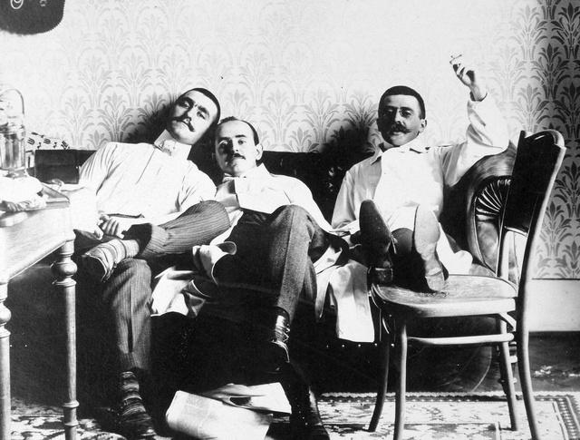 Cigarettázó férfiak az 1910-es évekből