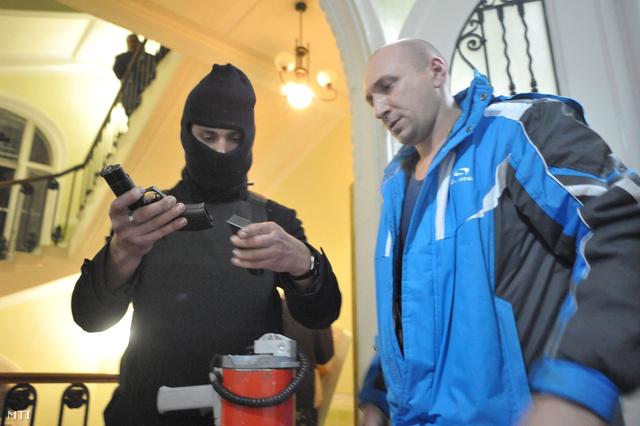 Tüntetők a kapitányságon zsákmányolt pisztollyal. Az ukrán biztonsági erők szerint  1500 tűzfegyvert és 100 ezer töltény szereztek a radikális tüntetők az elmúlt 24 órában.