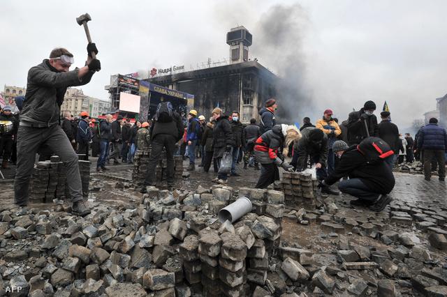 Az éjszakai összecsapások után a tüntetők a délelőttöt utcakövek gyűjtésével és Molotov-koktélok gyártásával töltötték a kijevi Majdan téren.