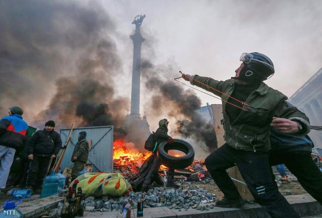 """""""A fegyveres erők most minden szükséges lépést megtesznek annak érdekében, hogy megfelelően őrizzék a katonai bázisokat és raktárakat"""" - írta egy közleményben az ukrán védelmi minisztérium."""