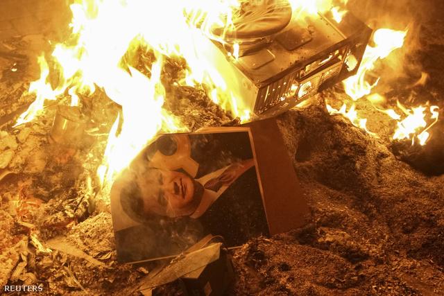 Az ukrán kormányfő, Viktor Janukovics portréja lángol Lembergben