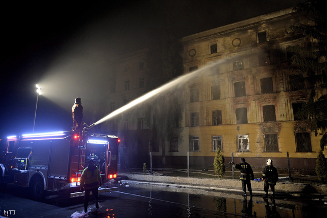 Tűzoltók oltanak egy a tüntetők által felgyújtott katonai bázist a nyugat-ukrajnai Lembergben