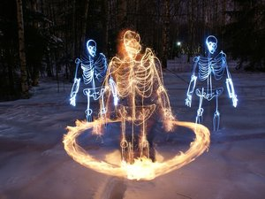 Fénycsontvázakat fest fényképezőgépével a finn fényfestő