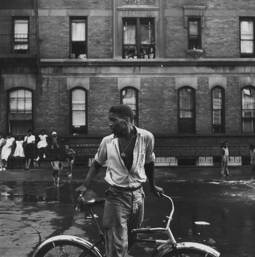 """""""Nagyon nehéz volt visszatérni az utcára, ahol előző este láttam, ahogy megölnek egy fiút"""" – emlékezett vissza Parks a harlemi fotózásokra. A Life fotósa, Carl Mydans tanácsára kezdte megírni a kalandos élettörténetét, az életrajzi regényéből film is készült, így nemcsak a Life első fekete fotósa, de Hollywood első fekete rendezője is ő lett. Az 1971-ben készült Shaft című filmje nemcsak óriási siker volt, de ez indította el az azóta blaxploitation néven ismert filmes mozgalmat."""