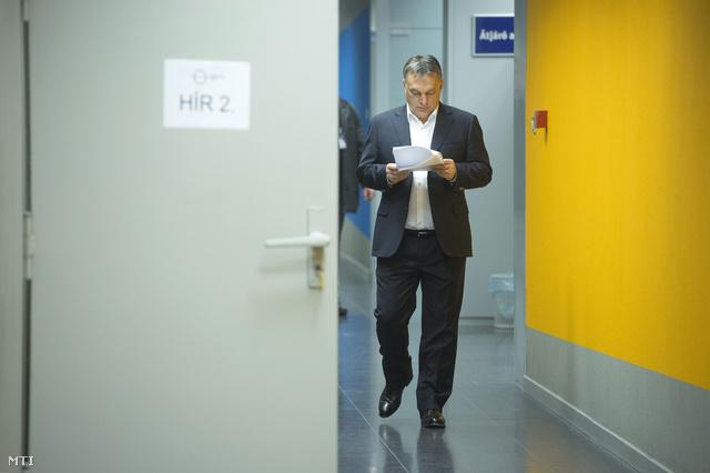 Orbán Viktor olvassa a jegyzeteit reggel a Kossuth Rádió folyosóján