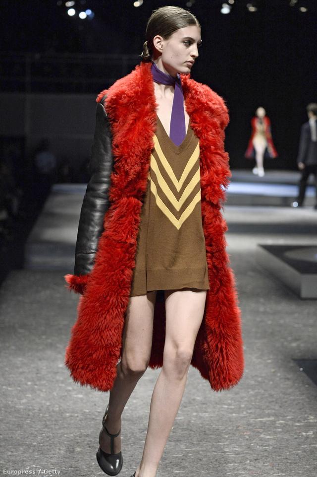 V-nyakkivágású pulóverhez elág egy meleg kabát a Prada szerint.