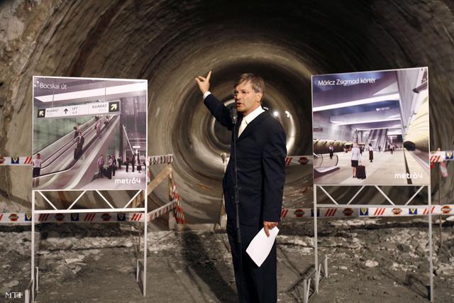 Demszky Gábor főpolgármester a 4-es metró Bocskai úti állomása belső szerkezetének építéséről tart sajtótájékoztatót 2007-ben.